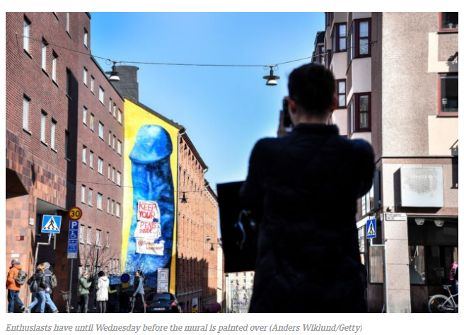 A Stoccolma un pene gigante blu come murale