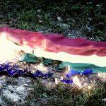 Stati Uniti sospeso prete omofobo che ha bruciato la bandiera LGBT
