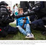 Polonia 15enne blocca Pride con crocifisso