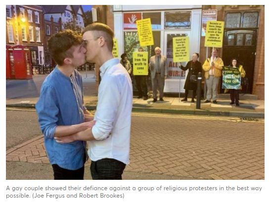 Un bacio contro l'omofobia religiosa