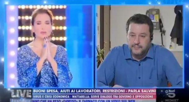 L'Eterno Riposo recitato in diretta da Salvini e dalla D'Urso. Critiche social