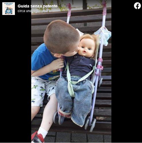 """A 6 anni ripreso perché gioca con le bambole: """"Non sono una mamma, sono un papà"""""""