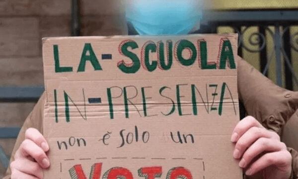 Omofobia a scuola: modificato cartello di un compagno con 'Sono Fr*cio'