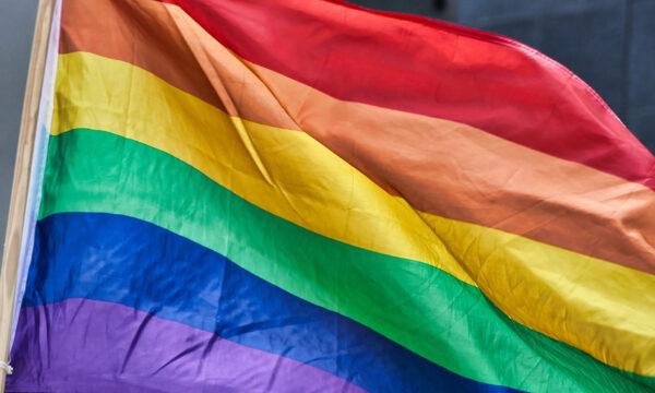 Gemelle di 23 anni transgender cambiano sesso assieme